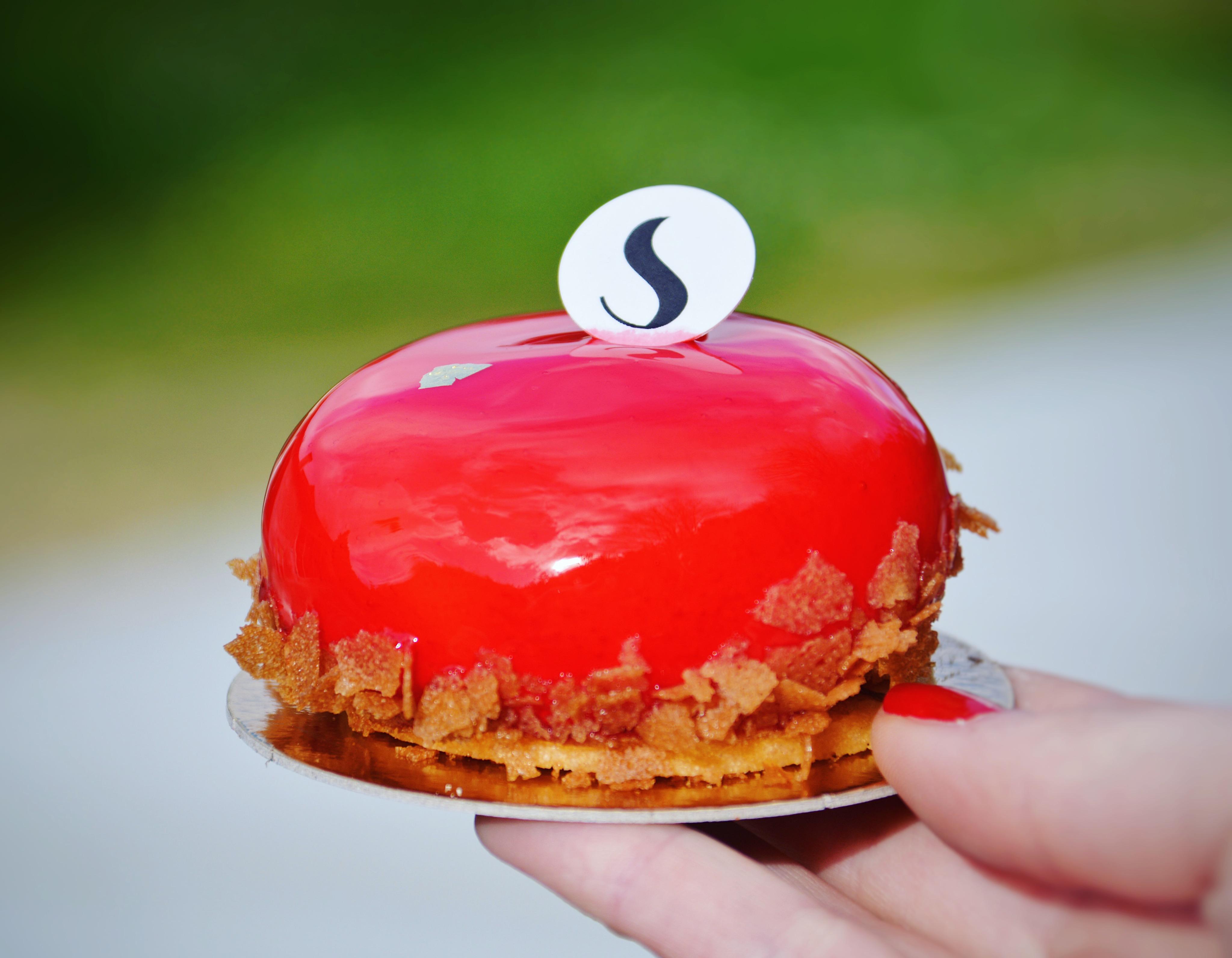Un gâteau élégant, joliment « terminé ». Cet entremet est très doux, fruité  mais surtout extrêmement léger. Pour ma part, je regretterais juste cette  rouge